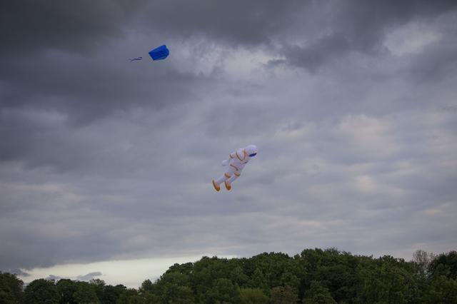 画像1: 空に浮かんでいるものは一体…