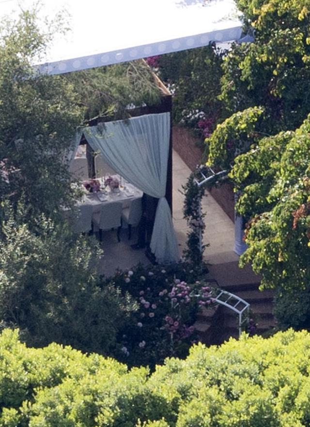 画像: 会場となった自宅にセットされたテントとテーブル。