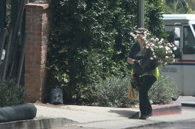 画像: 会場となった自宅にピンクのバラを届ける業者をキャッチ。