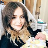 画像: アケイシャ、5月に誕生した娘ブリンリーを抱いて。