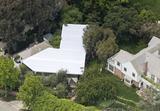 画像: 自宅横に設置されたこの大きなテントが会場に。
