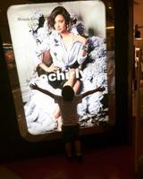 画像: 母ミランダの広告を見つけて抱きつくフリン君。