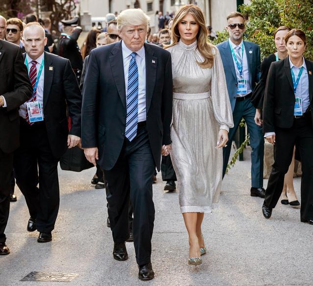 画像: ドルチェ&ガッバーナのシルバードレスも着用。