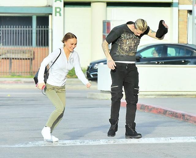 画像: ペットストア前で強風と闘うリリー・ローズとアッシュ。