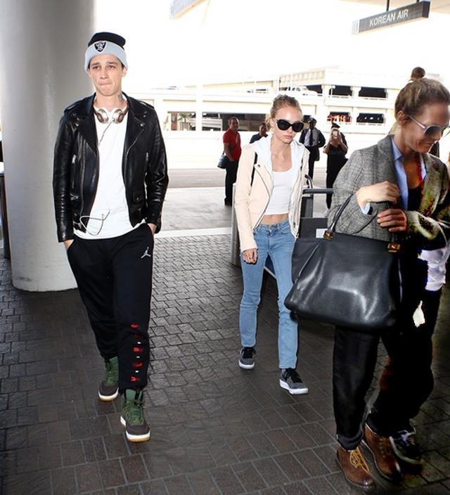 画像: アッシュ(左)を同伴して、母と弟(右)と共に空港に到着したリリー・ローズ(中央)。