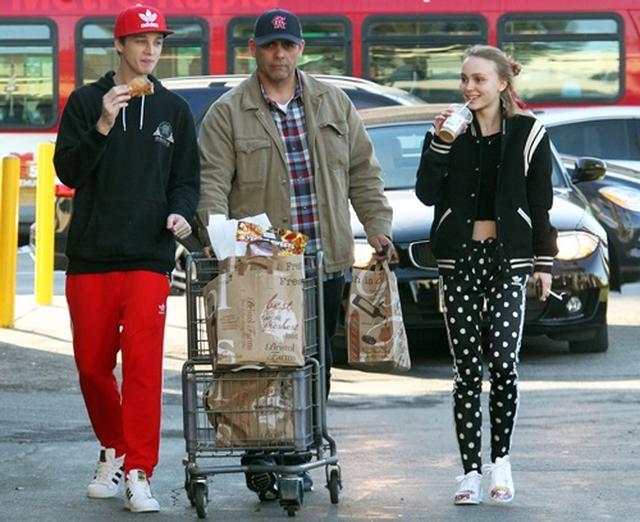 画像: セキュリティスタッフを従えてスーパーでショッピング。