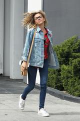 画像3: 【セレブの私服】サラ・ハイランドの休日はアディダスのスニーカーでラフに