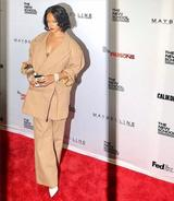 画像: 別日にはワイドなシルエットのセットアップでファッションイベントに登場したリアーナ。
