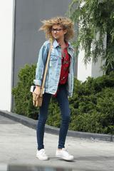 画像1: 【セレブの私服】サラ・ハイランドの休日はアディダスのスニーカーでラフに