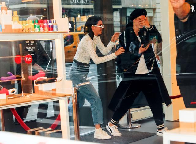 画像2: ケンダル・ジェンナー&カーラ・デルヴィーニュ、NYで人気の『セックス博物館』へ!