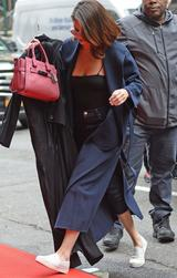 画像: 【セレブの私服】セレーナ・ゴメス、デニムにピンクを差し色した大人カジュアル