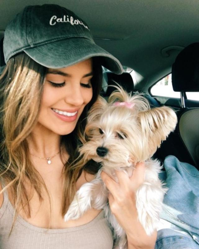 画像: 愛犬と車内でセルフィー。