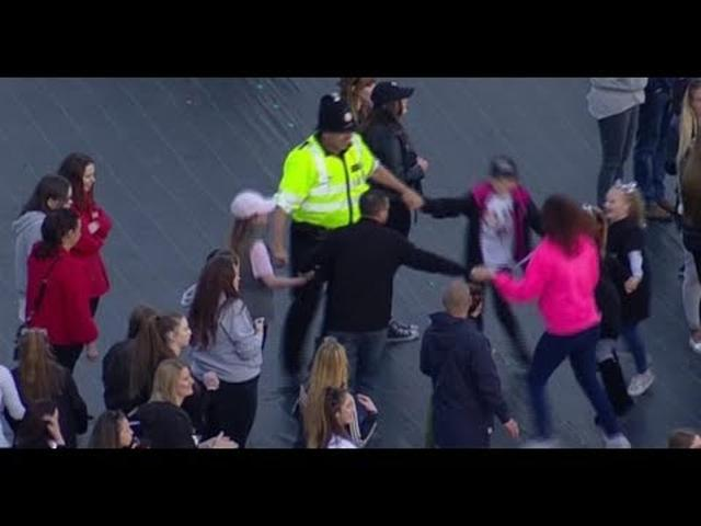 画像: Ariana Grande's 'One Love Manchester' concert: Cop dances with kids. www.youtube.com