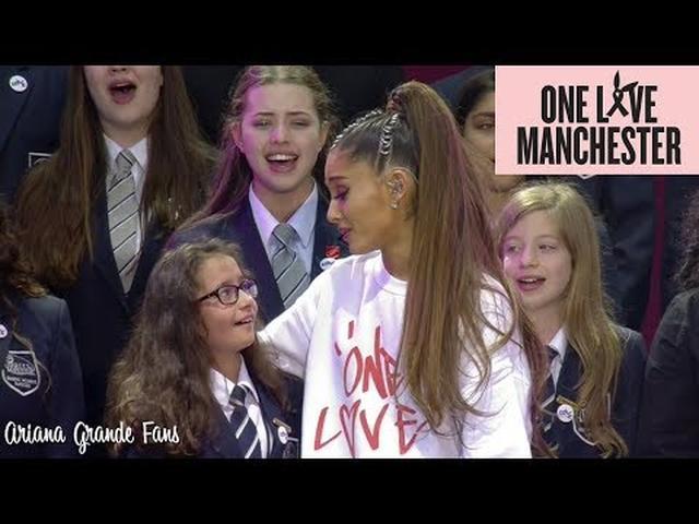 画像: Ariana Grande & Parrs Wood High School Choir - My Everything (Live at One Love Manchester) www.youtube.com