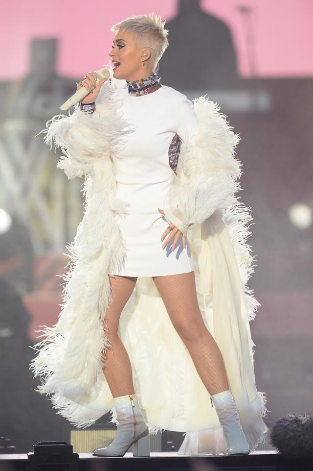 画像: まるで天使のようなオール白スタイルで登場