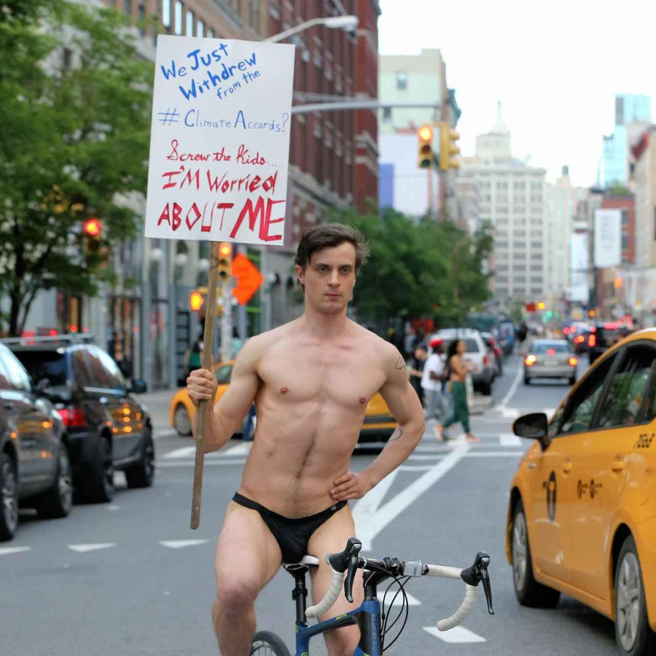 画像: NYで裸の男性が独自のプロテスト