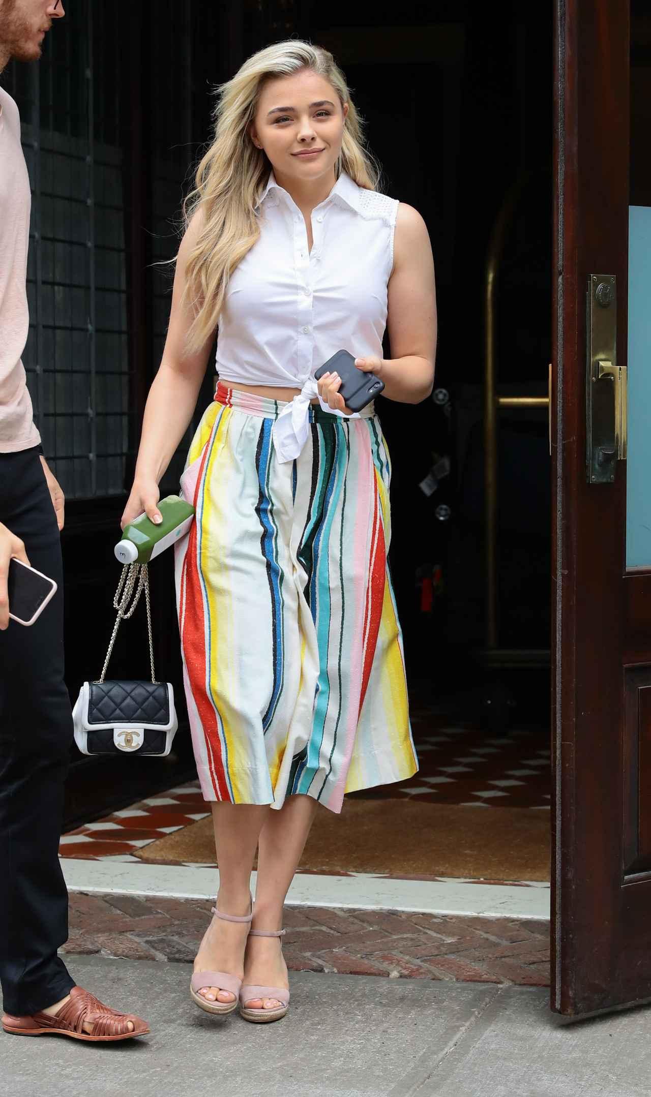 画像1: 【セレブの私服】クロエ・モレッツの白シャツ+ストライプスカートのPOPなサマーコーデ