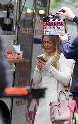 画像2: 人気ドラマの撮影現場でヒラリー・ダフを発見!ベイビーピンク・バッグのフェミニンコーデ