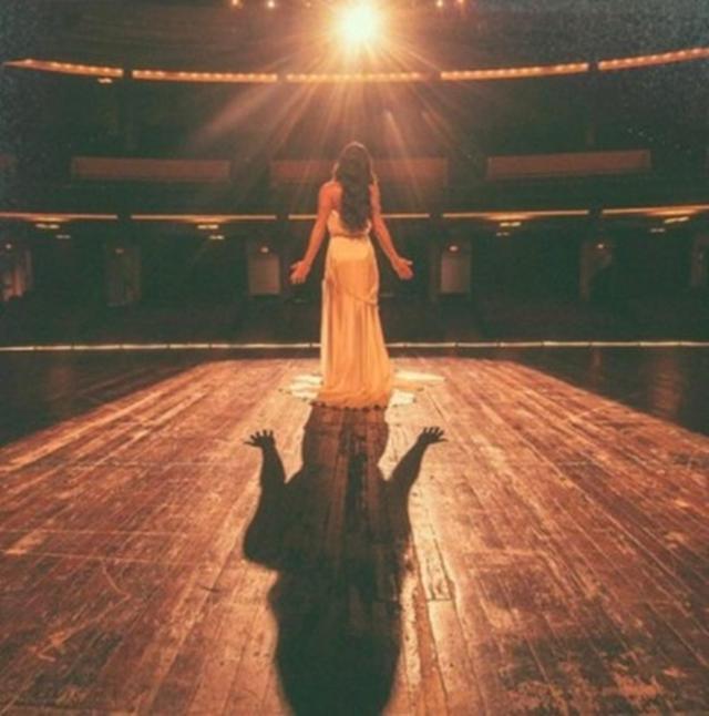 画像: リア・ミシェル 、劇場のステージに立ちスポットライトに照らされて。©Lea Michele