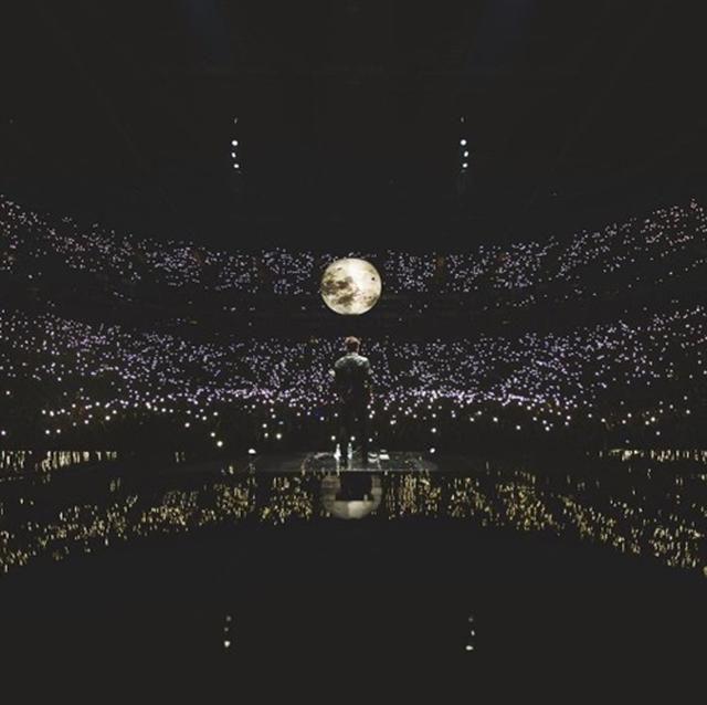 画像: ショーン・メンデス 、観客たちのスマホライトが灯された会場を眺めて。©Shawn Mendes