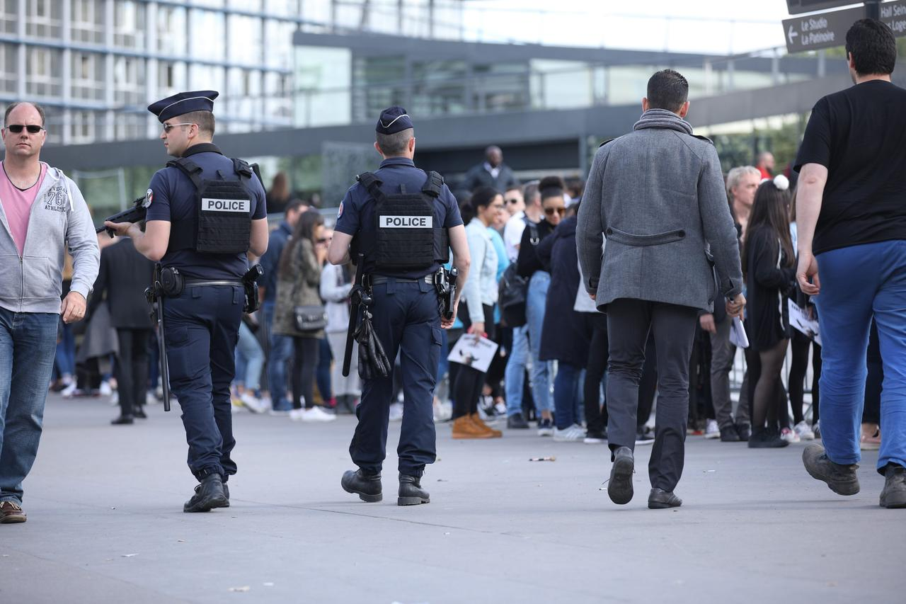 画像: 別名ベルシー・アリーナと呼ばれるコンサート会場の外にできた行列の傍には、銃を持った警察官たちの姿が。