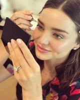 画像1: 薬指に指輪がチラリ!ミランダ・カーが結婚後初めて公の場に姿を現す