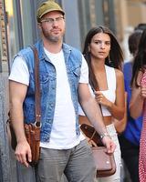 画像: ロサンゼルスでランチデートに出たエミリーとジェフ。