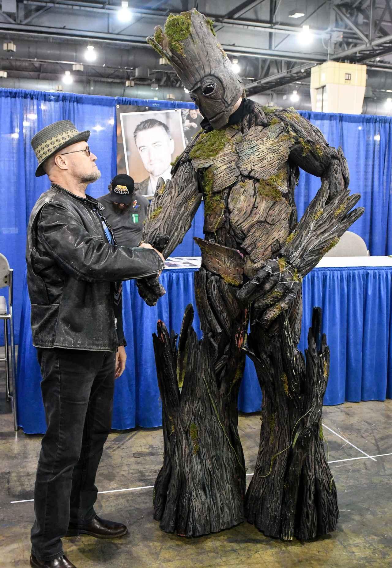画像: グルートと握手する、ヨンドゥ役のマイケル。