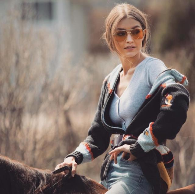画像: ジジ・ハディッド、VOGUE eyewearとコラボしてサングラスコレクションを発表