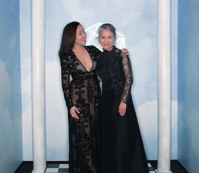 画像: 復帰後、「EM」のイベントで母の肩を抱いて。