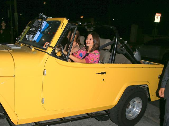画像1: ミランダとジャスミンはジープで登場!