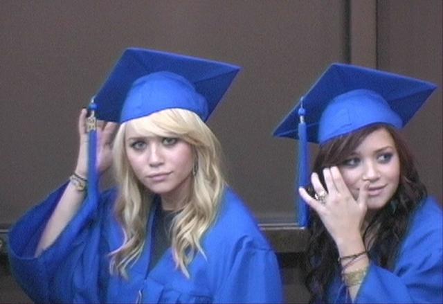 画像: 2004年【18歳】 高校を卒業したオルセン姉妹。