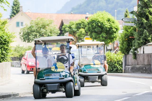 画像3: ゴルフカートで公道走る