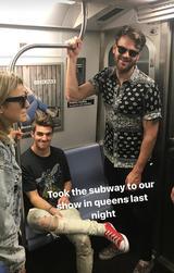 画像: 地下鉄で会場に向かうドリュー(左)&アレックス(右)。