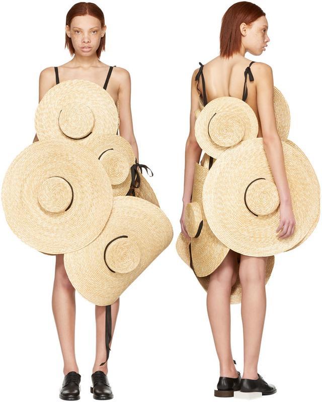 画像: 8つの麦わら帽子をつなげた35万円のストローハットドレスが衝撃的