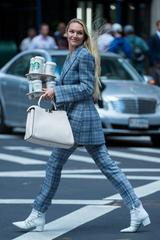 画像5: ニューヨークの街中で撮影中のキャンディス・スワネポールが美しすぎる