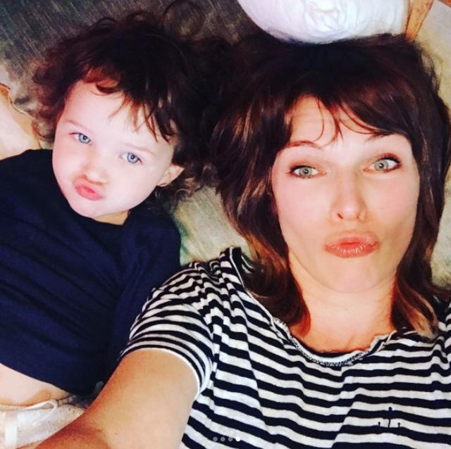 画像1: 『バイオハザード』ミラ・ジョヴォヴィッチの2歳の娘が美人すぎる!