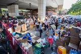 画像: 救援物資をピックアップする住民たち。