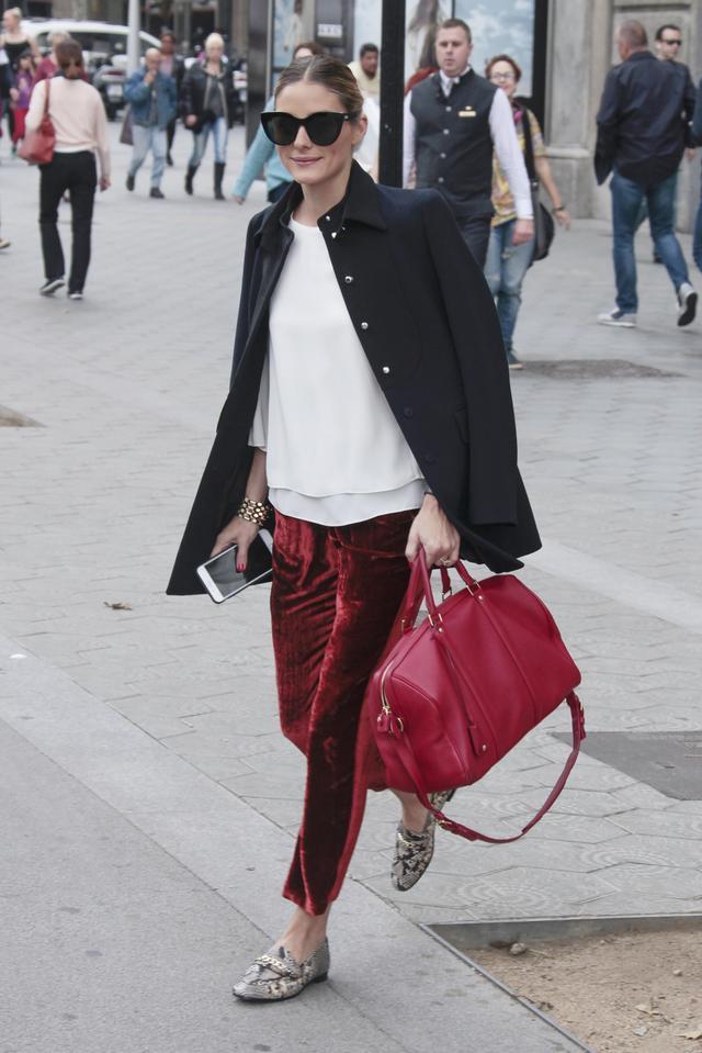 画像: このLOUIS VUITTONの赤いボストンバッグは、もう何年も愛用しているオリヴィアお気に入りのアイテム。