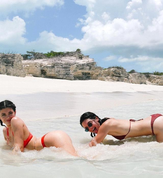 画像: キレイな水に白い砂浜がインスタ映え最高なビーチでカイリー&ケンダルも大はしゃぎ。