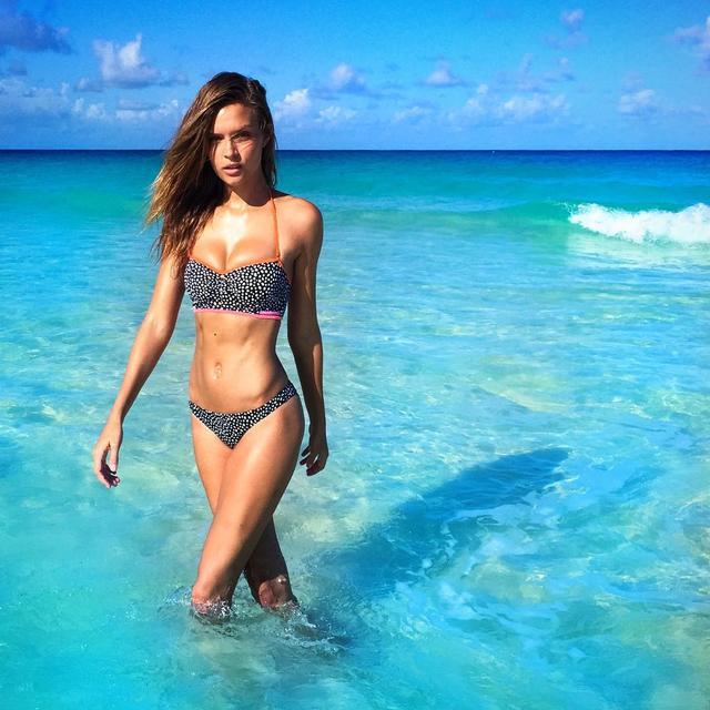 画像: ヴィクシー・エンジェルの最新メンバーのジョセフィン・スクライバーもこのビーチリゾートがお気に入り。