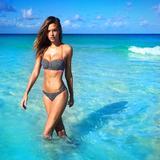 画像: ヴィクシー・エンジェルの最新メンバーのジョセフィン・スクライヴァーもこのビーチリゾートがお気に入り。