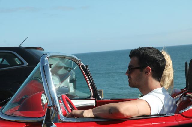 画像2: ジョーの愛車でデート