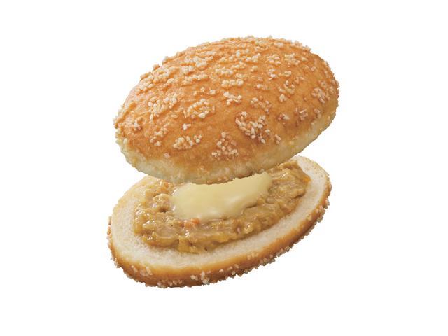 画像: チーズ・デ・グリーンカレー(194円) 表面にあられをまぶしたイースト生地をフライし、爽快な辛さのグリーンカレーフィリングとチーズソースをサンド。さらにオーブンで焼き上げて、サクサクとした食感に。