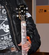 画像3: ギター片手に上機嫌