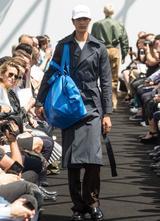 画像: イケアの青バッグ風のバッグを持って、バレンシアガのランウェイを歩くモデル