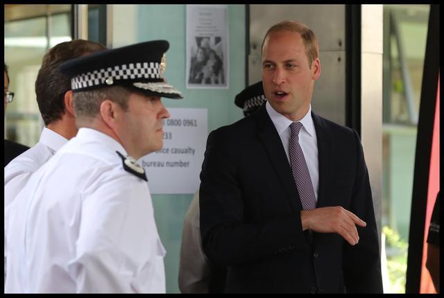 画像: 警察関係者に事情を聞くウィリアム王子。