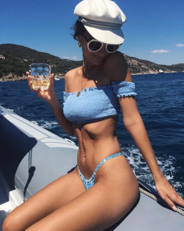 画像: オフショルダーの水色の水着ち白ぶちのサングラスと白のハットでキュート&爽やかに。