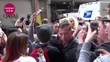 画像: 人気シンガーのケイティ・ペリー、出待ちのファンに自ら出向いてハグ www.youtube.com