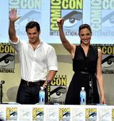 画像: スーパーマンを演じたヘンリー・カヴィルとガル。